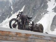 20180624-1527-Gletscher-Motorrad_auf_Huettendach